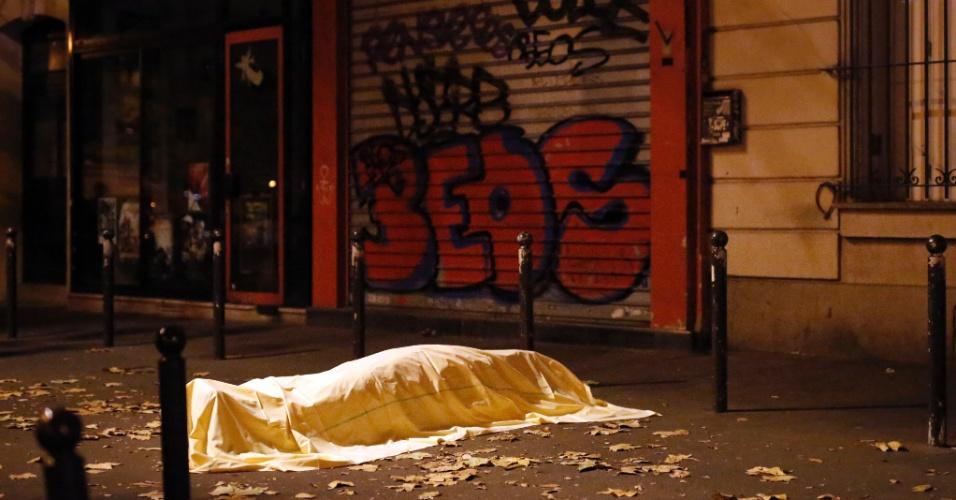 13nov2015---corpo-de-vitima-permanece-coberto-diante-da-sala-de-concertos-bataclan-apos-serie-de-ataques-terroristas-em-paris-homens-armados-com-armas-de-fogo-bombas-e-granadas-atacaram-restaurantes-144746983527